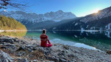 Bärbel meditiert am Eibsee